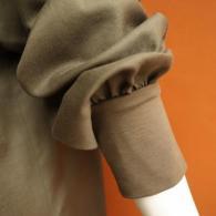 POUSHAL ブラウス¥24090(税込)袖口は上げやすいカットソーです♪