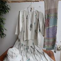 M.&KYOKO ブラウス¥40700 スカート¥42900 3wショール¥22000