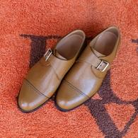 カスタムメイド・シューズ リザード風型押し皮革のモンク・ストラップ。注文靴ならではの存在感です。