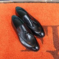 最近タッセルローファーの人気が復活しています。ステキな大人のカジュアル靴。