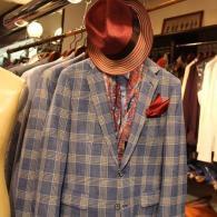 barassi春の新作ジャケット¥74,520(税込)イタリー製のグレインプレイド柄がオシャレな一着です。スカーフ¥19,440はメイドインイタリー。