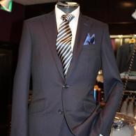 RICHARD JAMES春の新作スーツ¥85,320(税込)流麗でタイトなシルエット、斜めについたスラント・ポケットと若々しいムードいっぱい。