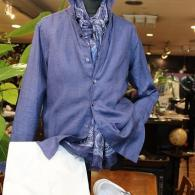 BLUNEROシャツ¥15,980(税込)インク・ブルーが美しい麻100%。スニーカーはJIMRICKEY STOCKHOIM¥13,500(税込) ともにリーズナブルな価格です。