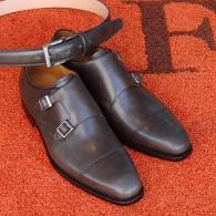 ムラ染グレー皮革のダブル・モンク、奥行きがある透明感がGood。同素材のベルトも作りました。