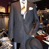 LONNERスーツ¥78,000+tax ジャガードの黒がノーブルな一着。ビジネスOK、セミフォーマルとしても活躍しそうです。