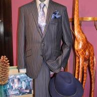 RICHARD JAMESスーツ¥99,000+tax ネイビーのチョークストライプと斜めに入ったスラント・ポケットがまさしく英国調。