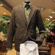 orobiancoジャケット¥39,000+tax オリーブ色の大きなペイズリー柄がアイキャッチ。カーキのシャツ¥14,000+taxはRICHARD JAMES