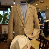 barassiジャケット¥55,000+tax。柔らかいベージュのツイードはメイドインイタリー。リッチな明るさです。