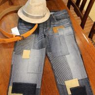 ジレ3色にコーディネイトしたジーンズはbarassi B-BLACK¥26,000+tax。オシャレなパッチワークにトップスはシンプルに組み合わせて下さい。