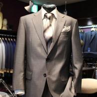 LONNERスーツ¥88,000+tax。端正なシルエットにシルク混紡のシルバーグレーが映えます。
