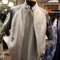 barassiスタンドカラー・ブルゾン¥29,000+tax。カットソーXナイロンの切り替えがとってもカジュアル。インナーのTシャツは開けてみてのお楽しみ、ワッペンがオシャレなんです。