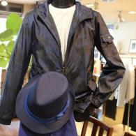 barassiパーカー¥29,000+tax。プリント柄ネイビーがミリタリー。春先から秋口まで、あると便利な一着。