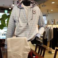 VAGIIEボーダー柄パーカー¥29,000+tax。フード裏のプリントが可愛いマリーンな一着です。