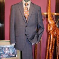 LONNERスーツ¥98,000+tax。ネイビーのダブルウィンドペンが適度なカジュアル感を醸し出しています。