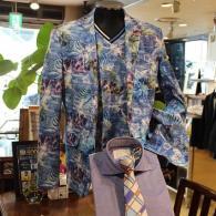 barassiジャケット¥39,000+tax カットソー¥17,000+tax 印象派の絵画のような色彩がきれい。ジャケットとTシャツのアンサンブルってメンズでは珍しいんですよ。