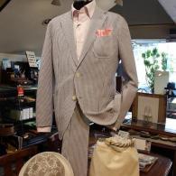 LONNERセットアップ・スーツ¥48,000/¥19,000+tax シアサッカーが爽やかな一着。ポリエステル混紡の生地は皺になりにくく、夏に最適です。