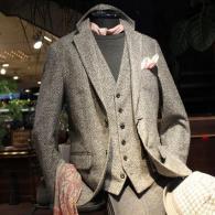 orobiancoジャケット¥49,000+tax ベスト¥23,000+tax 淡いグレーのヘリンボーンが上品なムードを醸し出しています。軽~い着心地です。