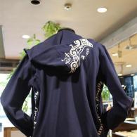orobiancoパーカー¥24,000+tax バックにアクセントのデザイン。色はネイビーとブラック。