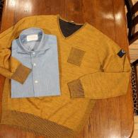Vネックセーターとサックス色のデニムシャツ、ともに¥9,800+tax。冬になっても、ジャケットのインナーとして活躍します。