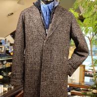 Orobiancウール・コート¥59,000+tax ツイードに襟元ダウンのあったかい一着。ビジネスからカジュアルまで幅広くお召しになれます。