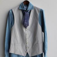 orobiancoジレ¥23,100(税込)シアサッカーに背中はジャガード。Tシャツに合わせてジャケット代わりも。