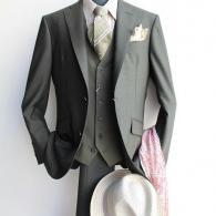 RICHARD JAMESスーツ¥97,900(税込)オリーブグリーンのサマーウールは実にお洒落。同色系のリネンタイを合わせて完成です。