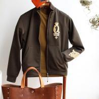 Orobiancoトラックジャケット¥29,700オリーブグリーンにイエローのフロッキー柄。バッグは宮城興業¥44,000、ともに税込。