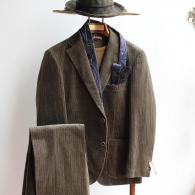 コーデュロイ・スーツ¥52,800 畝幅の違う2種類のコールがリッチな雰囲気です。