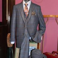 イタリー製生地REDAを使った3Pスーツ¥85,800税込。紺地にブルーとブラウンのチェックがお洒落。