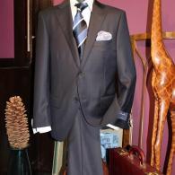 Ermenegildo Zegnaを贅沢に使用したスーツ¥79,800。高級感あふれる光沢でこの価格。