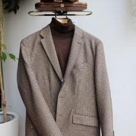 ガンクラブチェック柄のジャケット¥38,500 同素材のエルボーパッチがオシャレ。タートルニット¥12,980 ハンチング¥9,350 全て税込価格